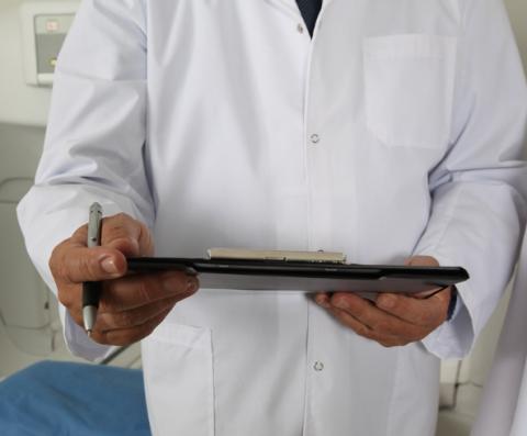 Doctor observando unos resultados