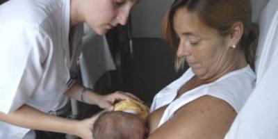 Una dona alleta el seu nadó