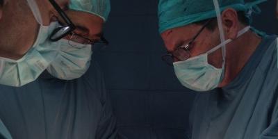 Dr. Delgado i equip al quiròfan de la Clínica del Remei
